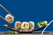 Sushi servis sur une assiette noire
