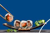 Sushi au thon servis dans une assiette noire